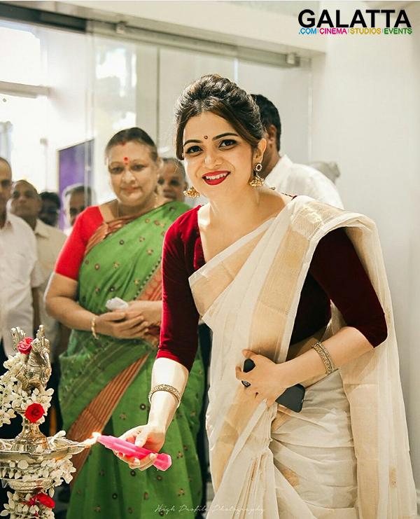 Dhivya Dharshini Photos